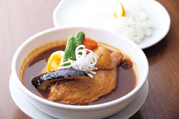 彩り豊かな野菜とチキンのモモ肉がのったスパイシースープカレーチキン(税込850円)/北斗星