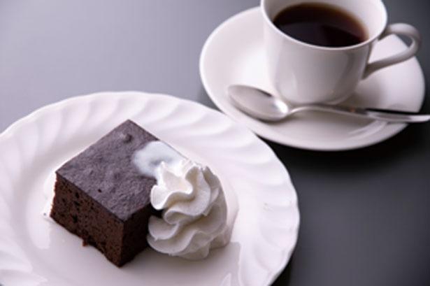 なめらか食感のガトーショコラとコーヒーのセット(600円)/パウゼ