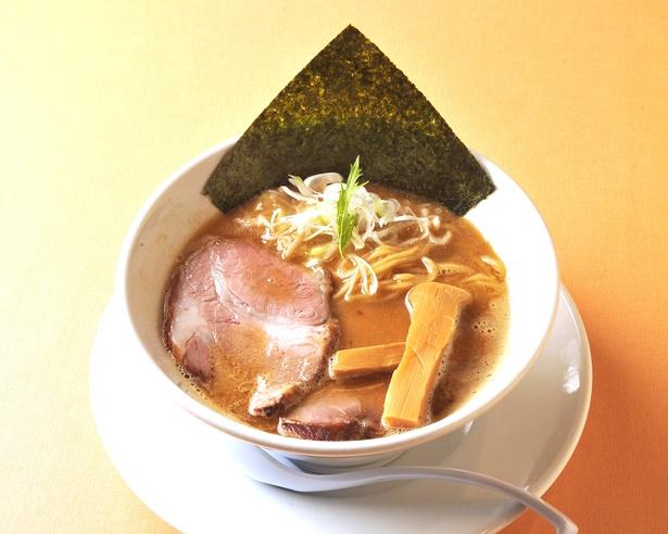 力強い煮干しダシと豚骨のコンビネーションが魅力の「平子らぁ麺」(820円) / らぁ麺 蒼空