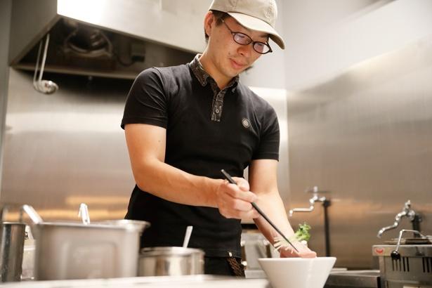 「アサリの風味が旨味だけでなく香りのアクセントに!」と、店主の柴田雄太さん / 麺屋 グラフミ