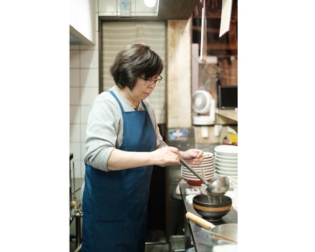 「スープにご飯を入れておじや風に食べるのもオススメ」と、店主の中條里恵さん / 煮干しラーメン 弐庵