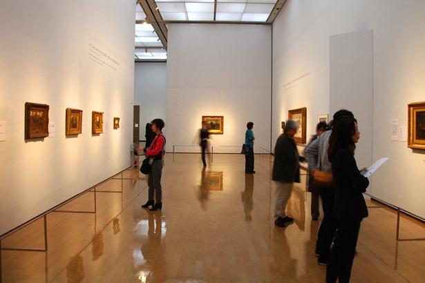 開放感のある空間に飾られる多数のゴッホ作品