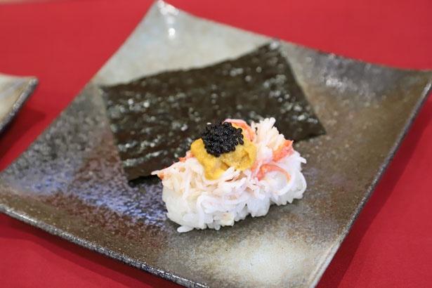【写真】ビジュアルも華やか!「三段つかみ寿司-いばら蟹とうにとランプフィッシュキャビア-」(300円)