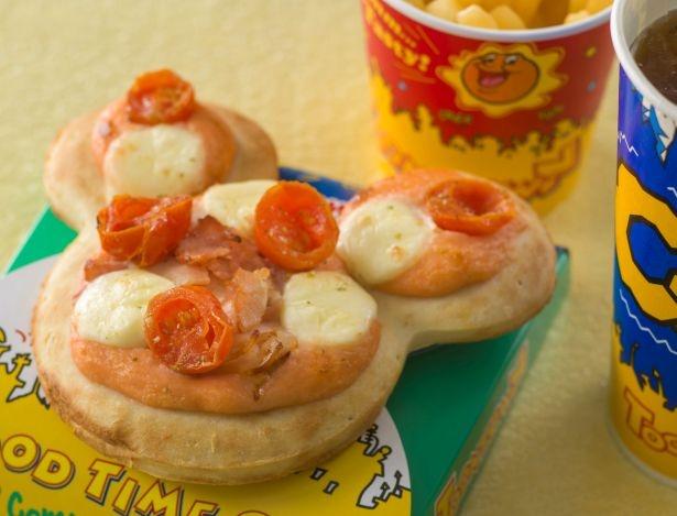 ドット柄をチーズとトマトで表現したピザ