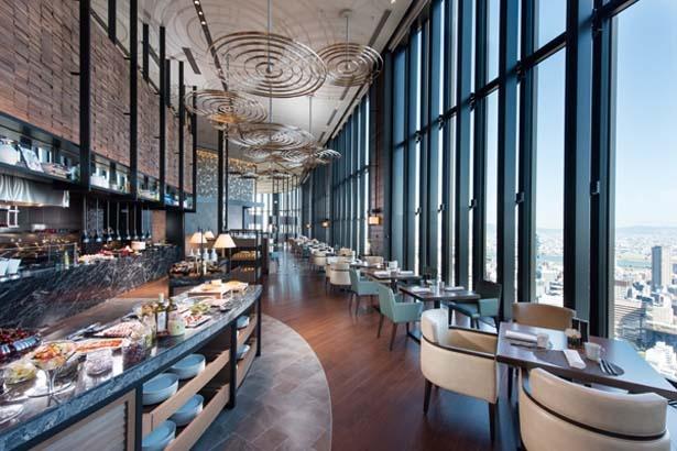 ホテル最上階にあるレストランでは、地上200mからの眺望も楽しみの一つ/コンラッド大阪