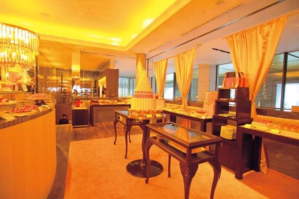 ピンクを基調としながらも、テーブルやシェルフがシックで上品な雰囲気/セント レジス ホテル 大阪
