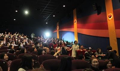 観覧者に握手する広末(写真右)と、会場の後列に向かう佐々木(写真左)
