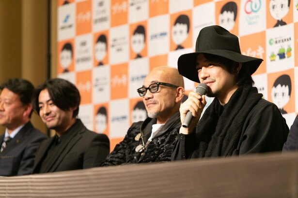【写真を見る】竹中直人、山田孝之、齊藤工が共同監督に。3人の仲のよさが垣間見える会見だった
