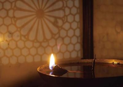 【写真を見る】1200年間、比叡山延暦寺根本中堂にて灯し続けられている「不滅の法灯」