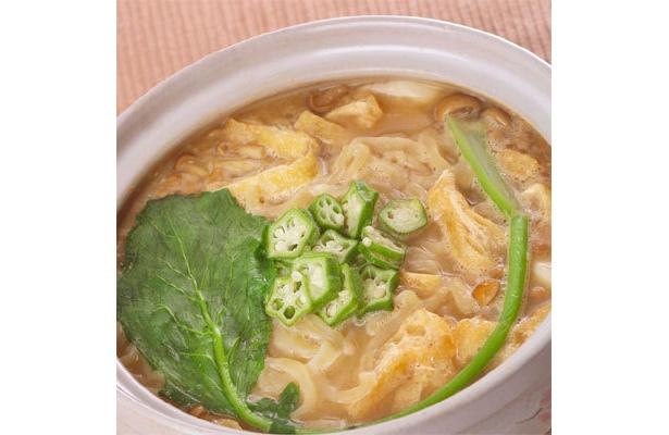 土鍋でグツグツと煮込んだ「龍上海」の冬麺「納豆汁!」(900円)