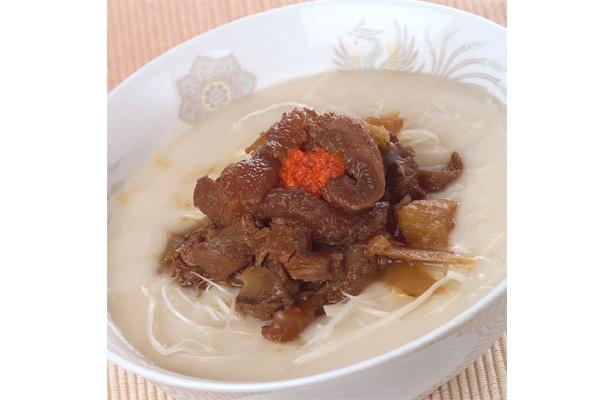 スープのベースはトンコツで、ここにも「とろみ」が仕込まれている。「こむらさき」の冬麺「阿蘇山の冬景色」(900円)