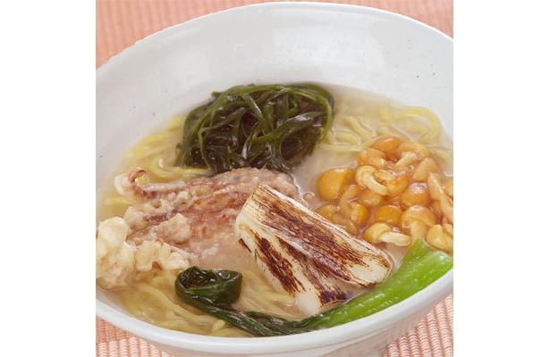 鶏白湯に魚介スープをブレンド。なめこ、昆布で「とろみ」を演出。「蜂屋」の冬麺「ぬくもり」(900円)