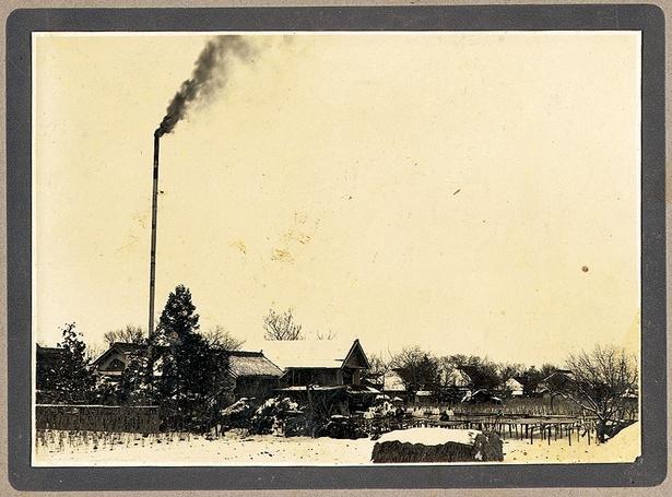 創業間もない時期。農業のかたわらで行われていた家内工業の中で、凍み豆腐が作られた(写真提供=みすずコーポレーション)
