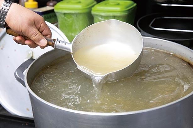 ほぼ透明な1日目のスープ。3日目にはアメ色に変わっていく