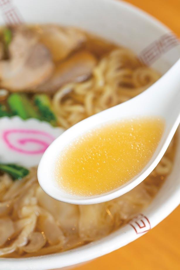 自慢の黄金スープ。シンプルながら奥行きを感じさせる優しい味わい