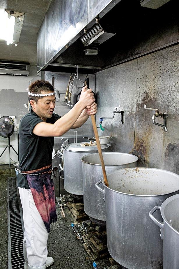 スープのバランスをとることが大事と語る店長の永山義孝さん