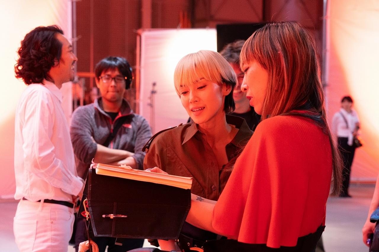 中谷美紀が演じる主人公の人気写真家のリミは、蜷川監督自身をモデルにしている