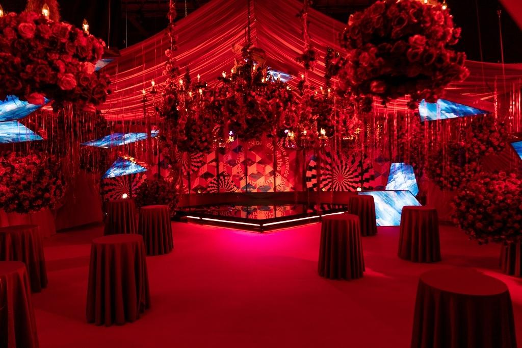 大量のバラが装飾されていた会場内セット