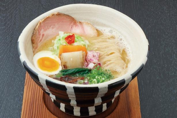 【写真を見る】チャーシューや香味バターなど自分でカスタムできるのが嬉しい。「鶏白湯麺」(800円) / ORIBE