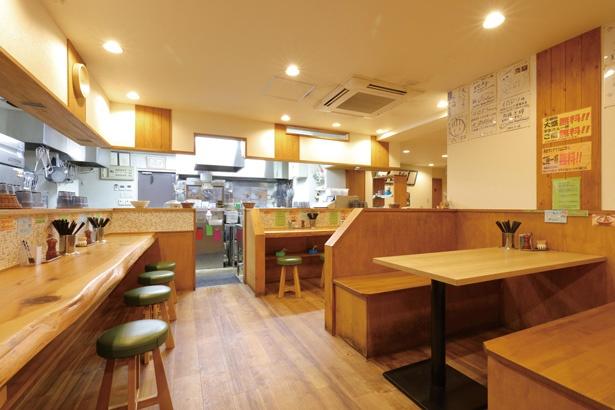 空間にゆとりがあり、テーブル席も多いため、家族連れでも利用しやすい。 / ラーメン イロドリ