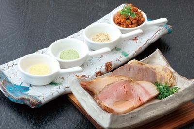 鶏パテや豚カタロースなど、毎日4種類のチャーシューからチョイスできる。エスカルゴバターなどからヒントを得た香味バターも4種類用意 / ORIBE