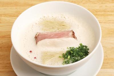 クセのないクリーミーな泡系スープは麺に絡みやすく、見た目も美しい。特に女性に好評。「獅子丸ぱいたんらぁめん」(820円) / 麺家 獅子丸