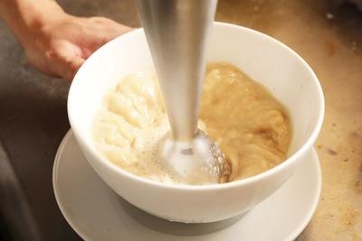 泡立てることでさらにまろやかになり、麺に絡みやすくなる / 麺家 獅子丸