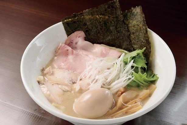 スープは濃厚だが、くどさはなくおいしく飲み干せる。「鶏白湯 全部のせ」(980円) / ラーメン翼
