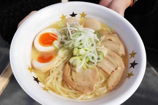 長時間かけて、名古屋コーチンの旨味を抽出した濃厚なスープは、鶏の甘味とコクがしっかり感じられる「名古屋コーチンと北海道産ホタテの極上鶏白湯」 / ラーメン イロドリ