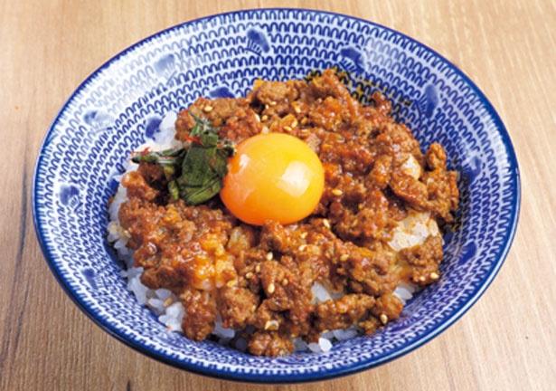 【写真を見る】甘辛いタレにガラムマサラが効いた、キーマカレー風のラムそぼろ丼(490円)/ラムの串焼き ひつじの一休