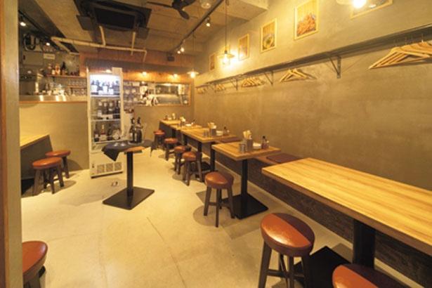 打ちっぱなしのコンクリートと木目を合わせたシンプルな配色の店内。オープンキッチンの軒が台湾の屋台のような雰囲気を醸し出す/ラムの串焼き ひつじの一休