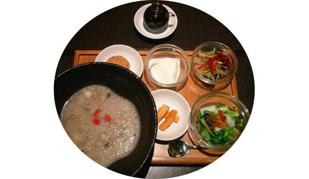 お粥をじっくり丹念に煮た「美肌薬膳七草粥セット」(1800円)