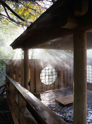 深大寺の深い緑と自然に包まれた、女湯だけにある高見檜風呂