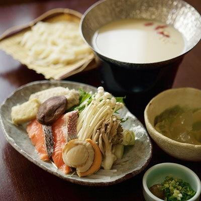 薬膳風クコの実、松の実入り豆乳コラーゲン鍋(1800円)