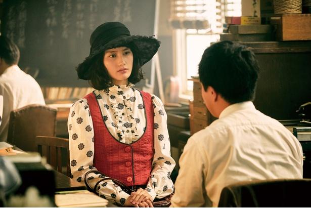 橋本愛ら人気女優が、昭和レトロなファッションに身を包む!