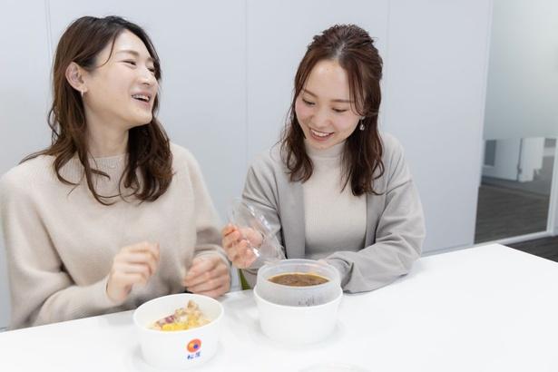 「このカレーがワンコイン以下で食べられるなんてすごい」と笑みがこぼれる福田(光)さん、三ツ石(右)さん