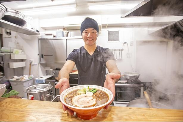 「六等星こってり」(780円)を差し出す店主の井上大士さん。スープの味を固定するのではなく、「その日に自分が一番おいしいと思った味」を提供する