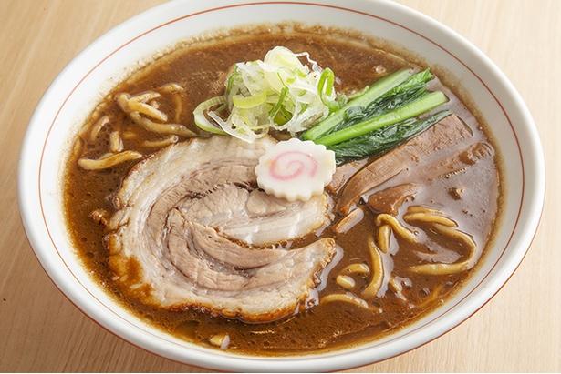 【写真を見る】「六等星こってり」(780円)。茶濁色のスープはとろみがあり、ポタージュのよう。ガツンと濃厚な味わいだが不思議とくどくない。提供時にニンニクの有無を選択