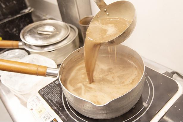 スープは豚骨100%。ゲンコツや頭骨、背ガラ、豚足とあらゆる部位を大量に用い、長時間強火で炊き続けている。ドロリととろみがあり、豚の旨味がたっぷり