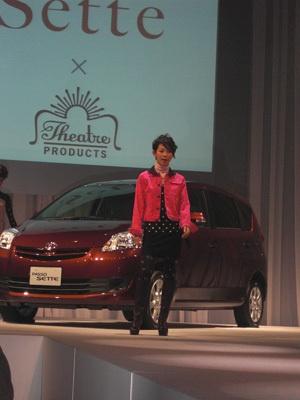 車を背景にした珍しいファッションショー