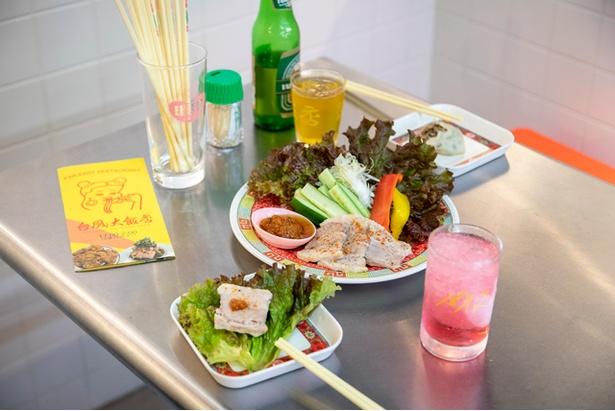 スーチーカーの野菜巻き(680円)。塩漬け蒸し豚を特製ダレで / 台風大飯店