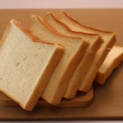 「食パン」(270円)。優しい甘味を感じる飽きの来ない味で、オープン当初から買い続けている人も多い