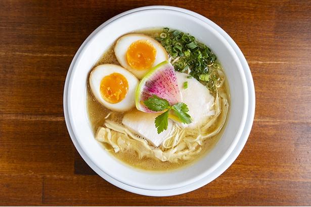 しろらぁ麺(並)+味玉 800円+100円。丸鶏の旨味が溶け出したスープに、信玄どりの鶏油が上品な香りとコクを加える