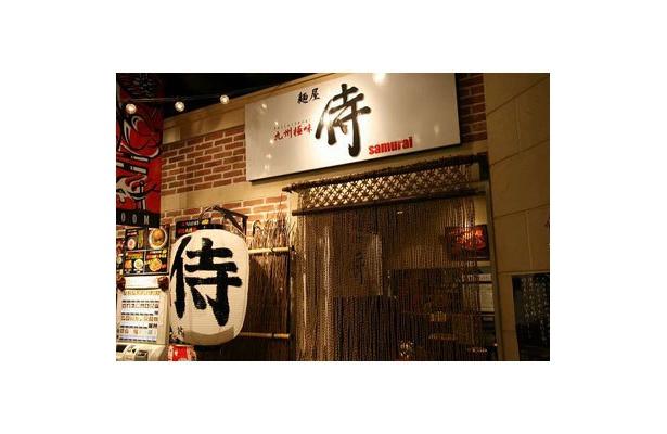 """【麺屋 侍】白い提灯が飾られた店舗は""""侍""""という名にふさわしき堂々とした質実剛健たる雰囲気と、木目を生かした日本的な空間が広がる"""