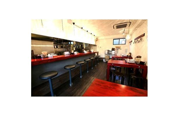 【田中そば店】どこか懐かしさが漂う赤を基調としたカウンター&テーブルだが、随所に洗練された造作も加わり、古さと新しさが混在する