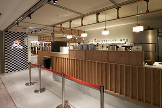 なんばCITY本館1階の中央。富士山をデザインしたショップ名が目をひく/日本茶ミルクティーOCHABA なんばCITY店