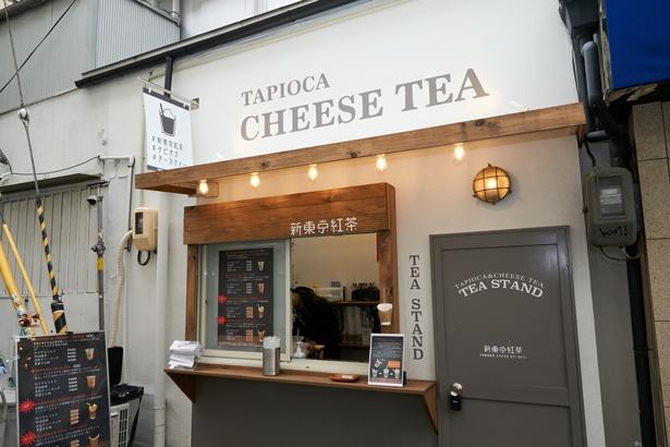 トアロードから路地を西に入った場所にあり。冬限定のドリンクも販売される/新東京紅茶 神戸トアロード店