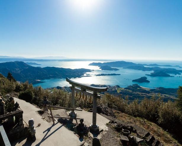 島々が織り成すパナラマビューが神話の世界を思わせる / 倉岳神社