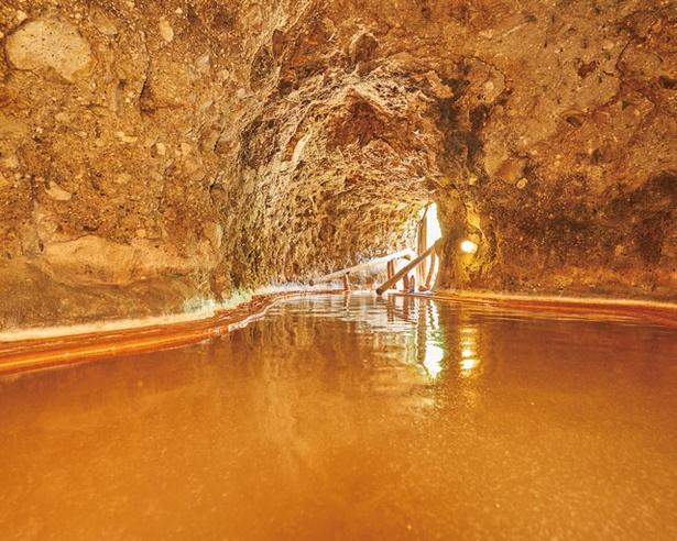 洞窟風呂。中央付近で男湯と女湯に仕切られている / 大洞窟の宿 湯楽亭