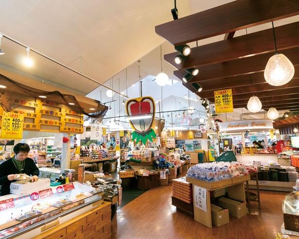 天草みやげを中心に3000点の商品を扱う / 藍のあまくさ村 うまかもん市場
